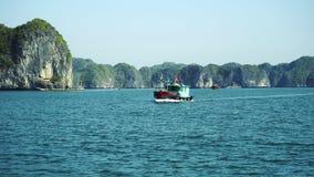 Άποψη κόλπων Halong από το γύρο βαρκών φιλμ μικρού μήκους