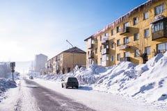Άποψη μια από τις οδούς της αστικής τοποθεσίας Sheregesh στο βουνό Shoria, Σιβηρία στοκ φωτογραφία με δικαίωμα ελεύθερης χρήσης