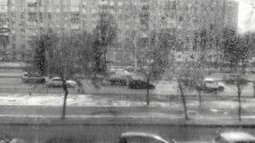 Άποψη οδών με τα αυτοκίνητα μέσω του βρώμικου γυαλιού, γραπτού απόθεμα βίντεο