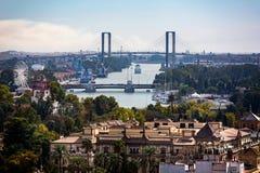 Άποψη της εκατονταετούς γέφυρας πέρα από τον ποταμό του Γκουανταλκιβίρ από τη στέγη καθεδρικών ναών στη Σεβίλη, Ισπανία στοκ φωτογραφίες