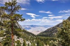 Άποψη της κοιλάδας που οδηγεί στην πυίδα, ανατολική οροσειρά βουνά, Καλιφόρνια της Whitney στοκ εικόνα