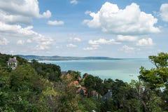 Άποψη της λίμνης Balaton από Tihany μια ηλιόλουστη ημέρα στοκ εικόνες