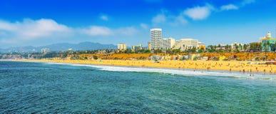 Άποψη της παραλίας της Σάντα Μόνικα και του Ειρηνικού Ωκεανού Προάστια του Λος Άντζελες στοκ εικόνες