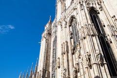 Άποψη της πρόσοψης του καθεδρικού ναού του Μιλάνου στη μεσημβρία στοκ εικόνες