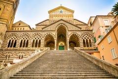 Άποψη του καθεδρικού ναού του ST Andrea και των βημάτων που οδηγούν σε το από την πλατεία del Duomo στην Αμάλφη, Ιταλία στοκ εικόνες