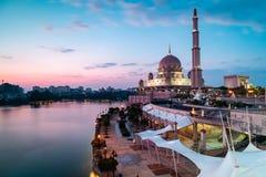 Άποψη του μουσουλμανικού τεμένους Putra αμέσως πριν από την μπλε ώρα Μακροχρόνιος προσανατολισμός τοπίων έκθεσης στοκ εικόνες