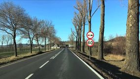 Άποψη του δρόμου από τον ανεμοφράκτη να κινήσει το αυτοκίνητο κοντά στα βουνά την άνοιξη στο εθνικό πάρκο της Πολωνίας Karkonosze φιλμ μικρού μήκους