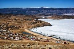 Άποψη του τοπίου άνοιξη στη Σιβηρία με μέρος της παγωμένης λίμνης Baikal στην απόσταση από τη τοπ άποψη στοκ εικόνες