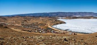 Άποψη του τοπίου άνοιξη στη Σιβηρία με μέρος της παγωμένης λίμνης Baikal στην απόσταση από τη τοπ άποψη στοκ φωτογραφία