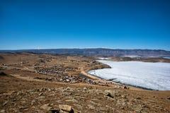 Άποψη του τοπίου άνοιξη στη Σιβηρία με μέρος της παγωμένης λίμνης Baikal στην απόσταση από τη τοπ άποψη στοκ φωτογραφίες με δικαίωμα ελεύθερης χρήσης