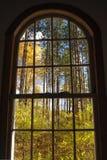 Άποψη του φυλλώματος πτώσης του Βερμόντ από ένα σχηματισμένο αψίδα παράθυρο στοκ φωτογραφία με δικαίωμα ελεύθερης χρήσης