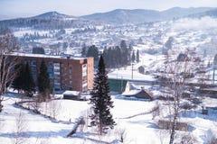 Άποψη του χωριού Sheregesh στο βουνό Shoria, Σιβηρία στοκ εικόνες