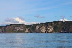 Άποψη τρι Brata με τα ηφαίστεια Avachinsky και Koryaksky στο υπόβαθρο στοκ εικόνες με δικαίωμα ελεύθερης χρήσης