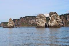 Άποψη τρι Brata με την κορυφή του ηφαιστείου Koryaksky στο υπόβαθρο στοκ εικόνες