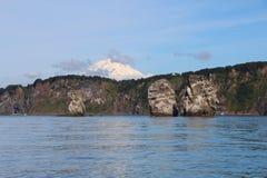 Άποψη τρι Brata με την κορυφή του ηφαιστείου Koryaksky στο υπόβαθρο στοκ εικόνα