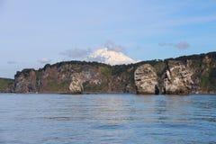 Άποψη τρι Brata με την κορυφή του ηφαιστείου Koryaksky στο υπόβαθρο στοκ φωτογραφία με δικαίωμα ελεύθερης χρήσης