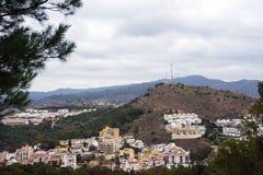 Άποψη των βουνών και της ισπανικής πόλης της Μάλαγας από τη γέφυρα παρατήρησης του φρουρίου Gibralfaro στοκ εικόνα με δικαίωμα ελεύθερης χρήσης