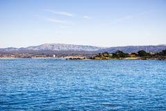 Άποψη προς τον κόλπο Monterey από το σημείο εραστών, ειρηνικό άλσος, Καλιφόρνια στοκ εικόνες
