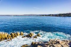 Άποψη προς τον κόλπο Monterey από το σημείο εραστών, ειρηνικό άλσος, Καλιφόρνια στοκ φωτογραφία με δικαίωμα ελεύθερης χρήσης