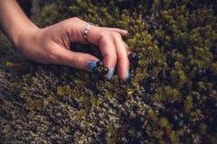 Άποψη Cinematic της γυναίκας thoughtfull στην κατάθλιψη σχετικά με το βρύο πετρών στη φύση και την ανταλλαγή της ενέργειας συγκίν στοκ φωτογραφίες
