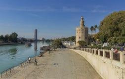 Άποψη Torre del Oro της Σεβίλης στον ποταμό του Γκουανταλκιβίρ στοκ φωτογραφίες