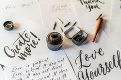Έγγραφο, μελάνι, στυλοί καλλιγραφίας και επιγραφές Λεπτομέρειες εργαστηρίων εγγραφής Εγγραφή των διακοσμητικών διακοσμημένων επισ στοκ φωτογραφίες με δικαίωμα ελεύθερης χρήσης
