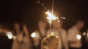 Έγκαυμα Sparklers τη νύχτα, φωτεινό φως απόθεμα βίντεο