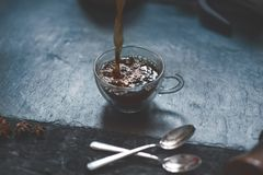 Έκχυση ενός καφέ από το γαλλικό Τύπο στην κούπα καφέ σε μια πέτρα, σκοτεινό υπόβαθρο στοκ φωτογραφία με δικαίωμα ελεύθερης χρήσης