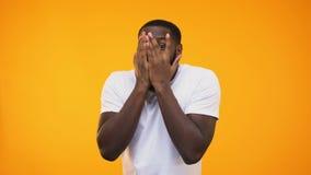 Έκπληκτος αμερικανικός τύπος afro που τιτιβίζει μέσω των δάχτυλων στο κίτρινο κλίμα απόθεμα βίντεο