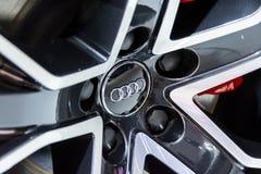 Έμβλημα Audi σε μια ρόδα κραμάτων στοκ εικόνα