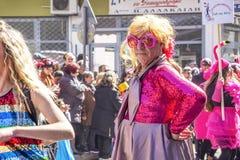 Ένας αρσενικός συμμετέχων παρελάσεων καρναβαλιού έντυσε ως γυναίκα στην Ξάνθη, βορειοανατολική Ελλάδα στοκ εικόνες με δικαίωμα ελεύθερης χρήσης