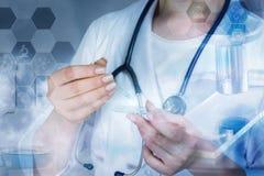 Ένας γιατρός που κρατά ένα γυαλί με το δείγμα και ένα σιφώνιο στοκ φωτογραφία