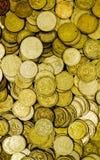 Ένας μεγάλος σωρός των ουκρανικών νομισμάτων 50 και 25 καπικιών στοκ φωτογραφία