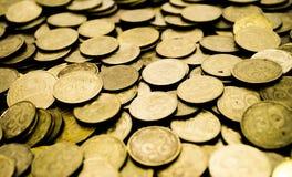 Ένας μεγάλος σωρός των ουκρανικών νομισμάτων 50 και 25 καπικιών στοκ εικόνες με δικαίωμα ελεύθερης χρήσης