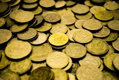 Ένας μεγάλος σωρός των ουκρανικών νομισμάτων 50 και 25 καπικιών στοκ εικόνες