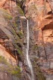 Ένας μικρός προσωρινός καταρράκτης κατεβαίνει από το κρυμμένο φαράγγι κοντά στο βράχο κλάματος στο εθνικό πάρκο Γιούτα Zion μια β στοκ φωτογραφία