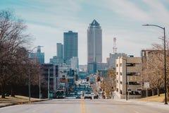 Ένας δρόμος που οδηγεί Downtown Des Moines, Αϊόβα στοκ εικόνα