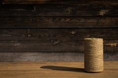 Ένας ρόλος του σπάγγου σε ένα ξύλινο υπόβαθρο Εστίαση Selelective Κινηματογράφηση σε πρώτο πλάνο Ελεύθερου χώρου για το κείμενο στοκ εικόνα με δικαίωμα ελεύθερης χρήσης