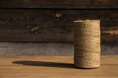 Ένας ρόλος του σπάγγου σε ένα ξύλινο υπόβαθρο Εστίαση Selelective Κινηματογράφηση σε πρώτο πλάνο Ελεύθερου χώρου για το κείμενο στοκ φωτογραφίες με δικαίωμα ελεύθερης χρήσης