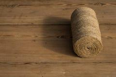 Ένας ρόλος του σπάγγου σε ένα ξύλινο υπόβαθρο Εστίαση Selelective Κινηματογράφηση σε πρώτο πλάνο Ελεύθερου χώρου για το κείμενο στοκ εικόνες