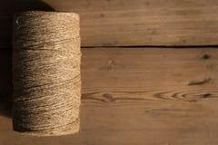 Ένας ρόλος του σπάγγου σε ένα ξύλινο υπόβαθρο Εστίαση Selelective Κινηματογράφηση σε πρώτο πλάνο Ελεύθερου χώρου για το κείμενο στοκ εικόνες με δικαίωμα ελεύθερης χρήσης