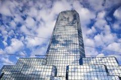 Ένας σύγχρονος αντανακλαστικός ουρανοξύστης γραφείων ενάντια σε έναν μπλε ουρανό με τα άσπρα σύννεφα Βαρσοβία, Πολωνία στοκ εικόνα