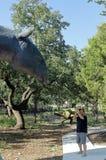 Ένας τουρίστας που παίρνει την εικόνα του κεφαλιού δεινοσαύρων έξω από το μουσείο φυσικής ιστορίας Bandera στοκ φωτογραφίες