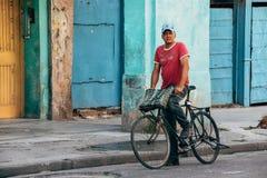 Ένας τοπικός οδηγώντας το ποδήλατό του στην πόλη της Αβάνας, Κούβα στοκ φωτογραφίες με δικαίωμα ελεύθερης χρήσης