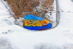 """Ένας χρωματισμένος βράχος με ένα σκάφος που δηλώνει """"είναι η αλλαγή που επιθυμείτε να δείτε """" στοκ εικόνα με δικαίωμα ελεύθερης χρήσης"""