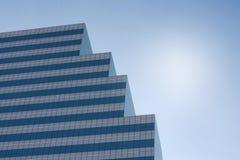 Ένας υψηλός σύγχρονος πύργος που στέκεται ενάντια στον ουρανό στη μεσημβρία στοκ φωτογραφία με δικαίωμα ελεύθερης χρήσης