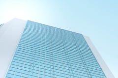 Ένας υψηλός σύγχρονος πύργος που στέκεται ενάντια στον ουρανό στη μεσημβρία στην πόλη της Μπανγκόκ στοκ φωτογραφίες με δικαίωμα ελεύθερης χρήσης