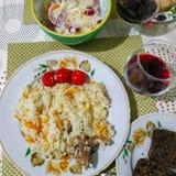 Ένας πίνακας με τα πιάτα: pilaf, ένα ποτήρι του κρασιού και άλλο στοκ εικόνες