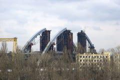 Ένας περίπατος μια νεφελώδη ημέρα κατά μήκος του αναχώματος και των βιομηχανικών θέσεων της πόλης κατά μήκος του ποταμού στοκ φωτογραφία με δικαίωμα ελεύθερης χρήσης