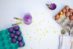 Ένα άσπρο υπόβαθρο με τα εργαλεία για τη βαφή αυγών Πάσχας Δραστηριότητα Πάσχας παιδιών στοκ φωτογραφία με δικαίωμα ελεύθερης χρήσης